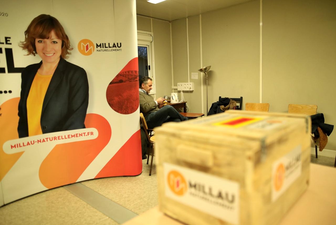 Millau 2020 Emmanuelle Gazel campagne pour les élections municipales école du Larzac